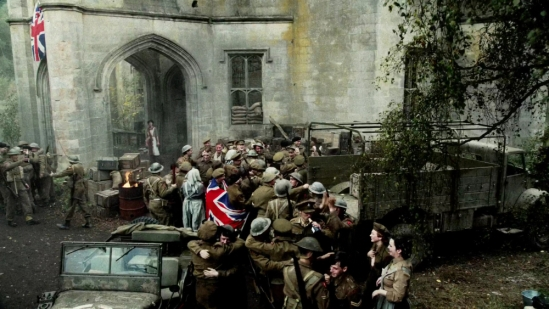 1080p-outlander-s01e01-sassenach-mkv_000133133_claire_1945_ve-day_wide-angle_unionjack_dunmore