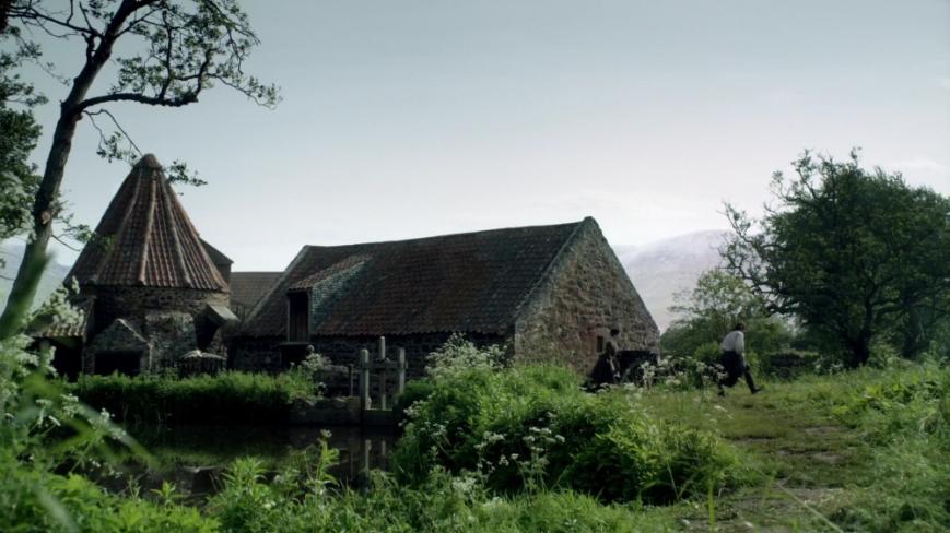 outlander-s01e12-lallybroch-1080p-mkv_002448362_lallybroch_mill_wide_angle
