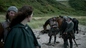 Angus hailing the king. Image by STARZ/Sony Pictures Television, via Outlander-Online.com