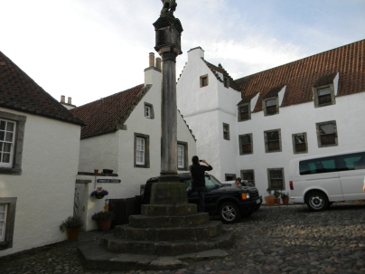 Mercat Cross, Duncans' house behind