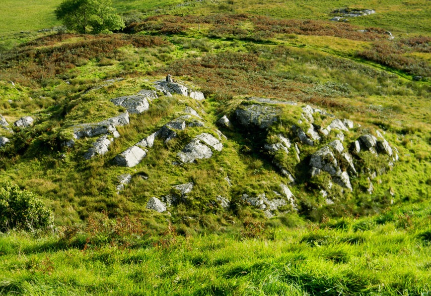 Dunadd_lower-outcropping-fr-above-couple-seated_DSCN3446_eds-2017-12-28