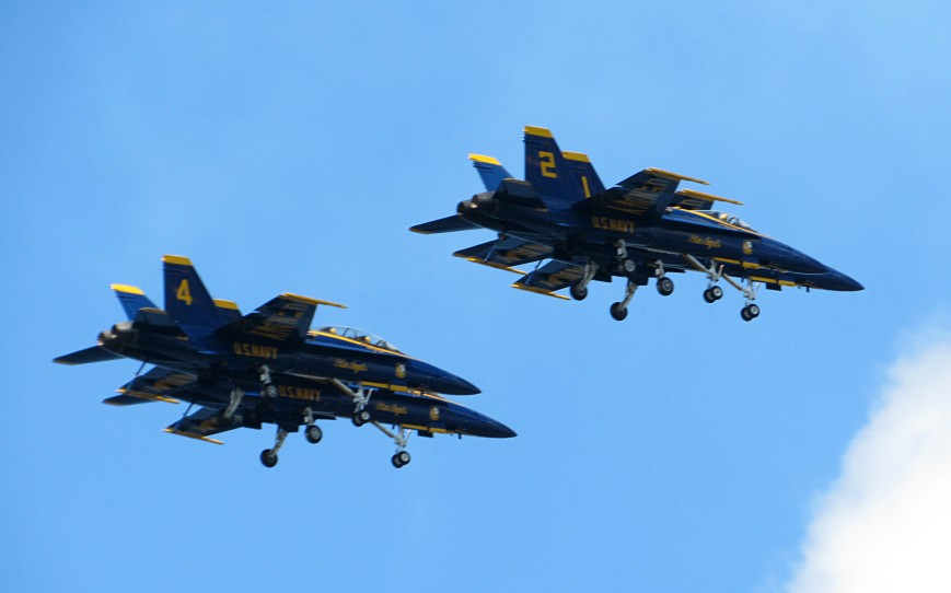IMG_6197-Blue-Angels-diamond-stacked-landing-gear-R-bellies-visible