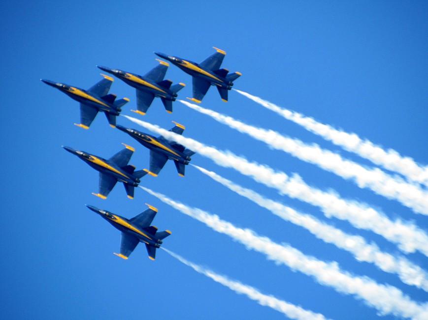 IMG_6216-Blue-Angels-delta-upper-R-climb-smoke-closeup