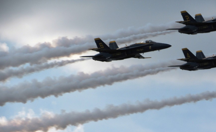 IMG_6224-Blue-Angels-delta-upper-R-level-6-visible-2-tails-dark-smoke-6-trails-R-bleed